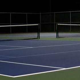 Miłośnicy tenisa wdarli się nocą na korty, aby sobie pograć.